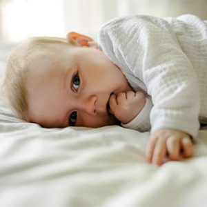 colocar bebe no berco