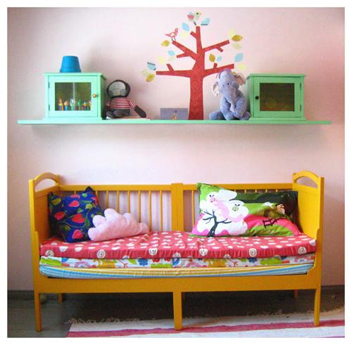 Berço reciclado e pintado de amarelo virou sofá