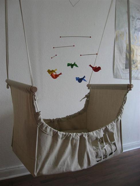 Berço suspenso de tecido e madeira