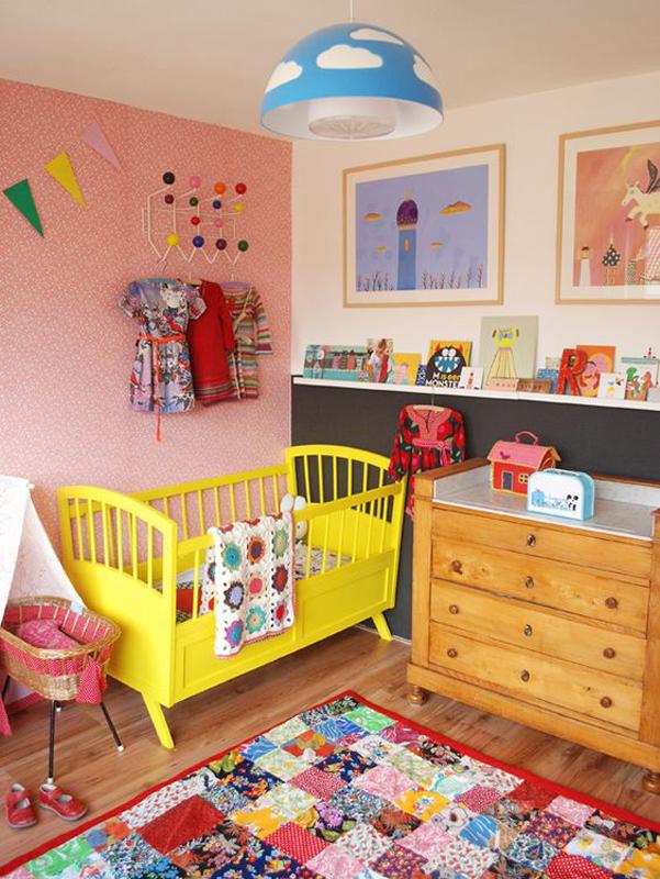 Berço amarelo deixa quarto de menina mais colorido.
