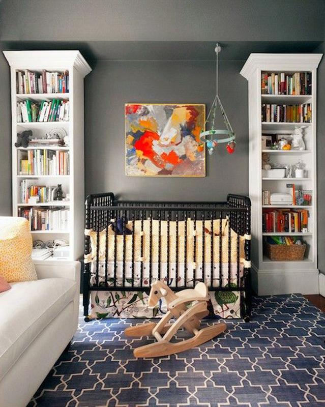 Berço preto traz seriedade ao quarto de bebê.