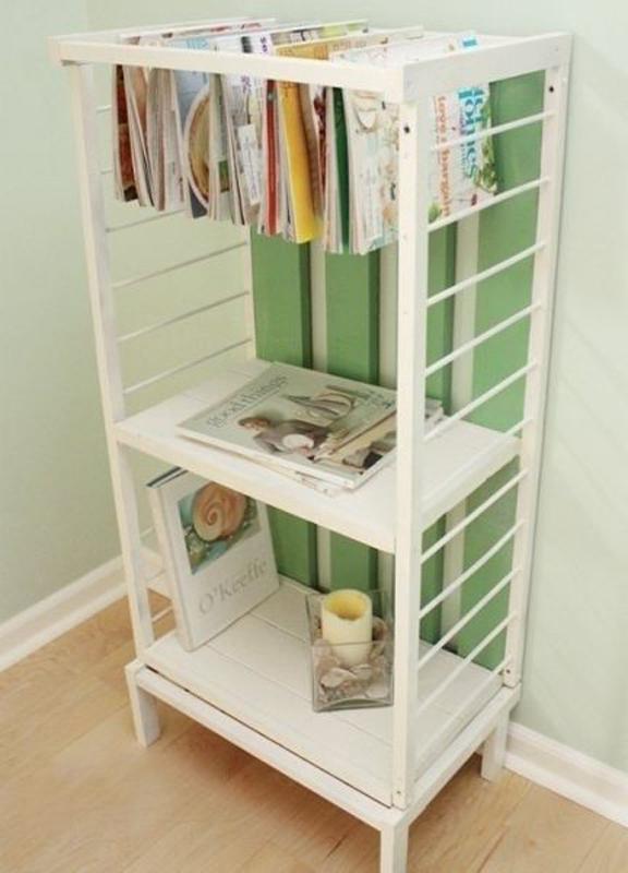 Móvel que dispõe livros e objetos no quarto de criança.
