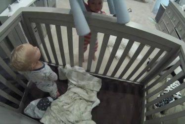irmão ajuda bebê a fugir do berço